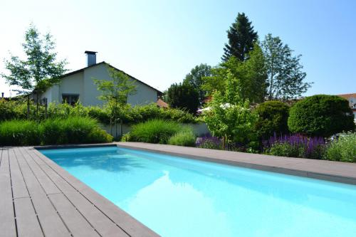 "<i class=""fas fa-camera""></i> Pool im Terrassengarten"